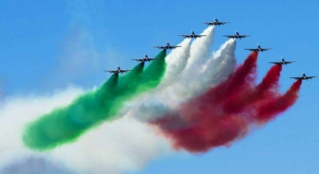 Le Frecce Tricolori della pattuglia acrobatica toccano anche il cielo di Assisi